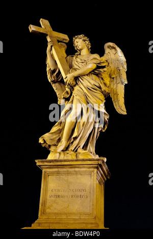 Rome, Italie. L'ange avec la croix sur le Ponte Sant'Angelo Banque D'Images