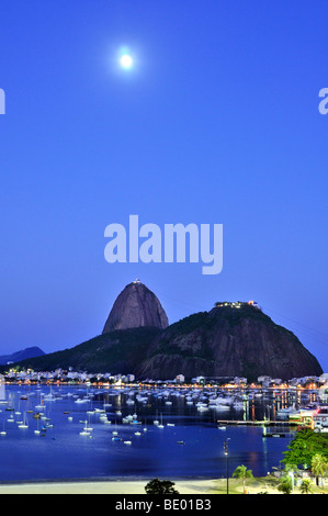 Sugarloaf Mountain, Pão de Açúcar, de nuit avec la pleine lune, Rio de Janeiro, Brésil, Amérique du Sud Banque D'Images