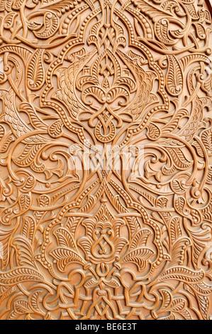 Porte en bois sculpté à la Grande Mosquée Sultan Qaboos, Muscat, Sultanat d'Oman, l'Arabie, Moyen-Orient Banque D'Images