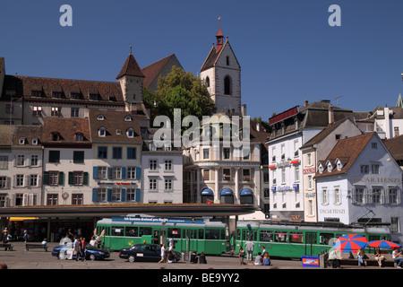 Un après-midi d'été, les tramways et les gens de passage à l'animation autour de la mouture d'Barfuesserplatz carré, Banque D'Images