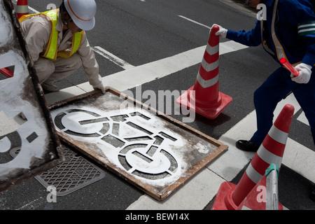 Voie cyclable peinture marquage routier à Tokyo, Japon, le mardi 27 juillet 2009. Banque D'Images