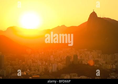 Vue sur le coucher du soleil de Jésus et Corcovado de mont du Pain de Sucre Banque D'Images