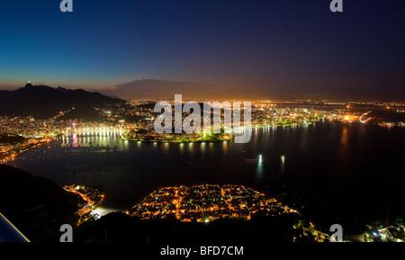 Vues de la nuit de Rio de Janeiro au Brésil, du Pain de Sucre Banque D'Images