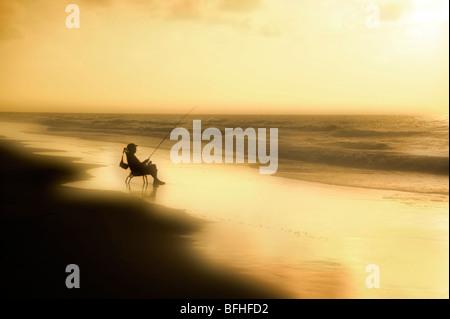 Pêche pêcheur sur la plage au lever du soleil, Hilton Head Island, Caroline du Sud, USA Banque D'Images
