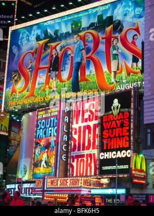 Un panneau d'affichage des spectacles de Broadway, situé sur Times Square, New York City USA Banque D'Images