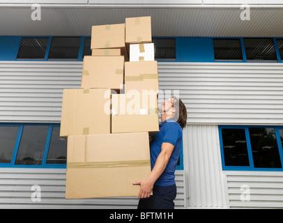 Man carrying pile de cartons Banque D'Images