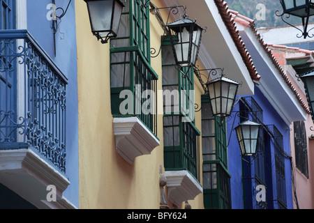 Des lampes à gaz, fenêtres et balcons dans la Calle Jaen , le mieux conservé de la rue coloniale à La Paz , Bolivie Banque D'Images