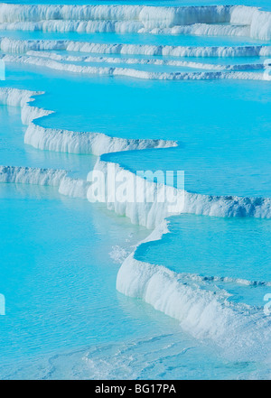Travertin en terrasses, piscine thermale de Pamukkale, Site du patrimoine mondial de l'UNESCO, de l'Anatolie, Turquie, Banque D'Images