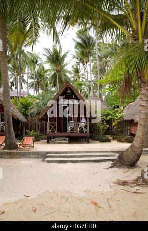 Bénéficiant d'un matin calme sur le pont de son petit bungalow sur la plage Banque D'Images