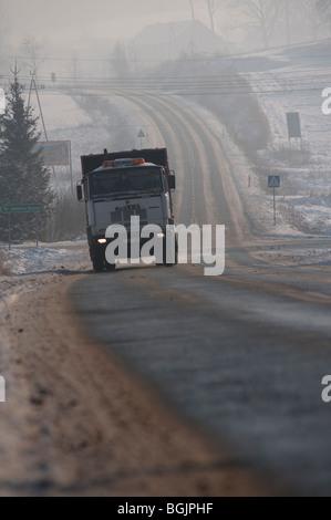 Vue d'un camion circulant sur une route glacée. Jelenia Gora, Pologne Banque D'Images