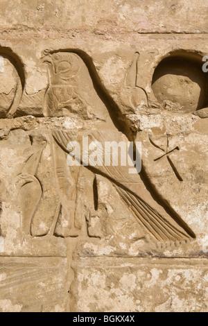 Close up of Horus ankh et dans la deuxième cour de Médinet Habou, temple funéraire de Ramsès III, rive ouest du Banque D'Images