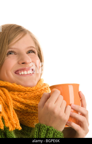 Teenage girl holding mug avec boisson chaude isolé sur fond blanc Banque D'Images