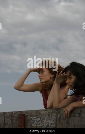 Deux jeunes femmes à l'extérieur à la vue de Banque D'Images