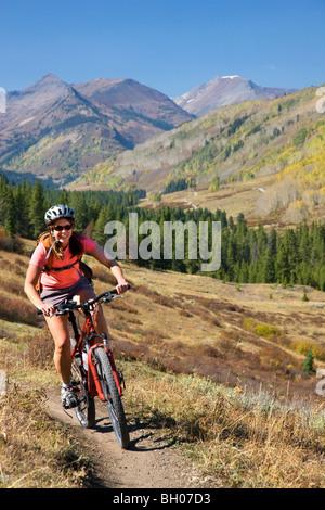 Vélo de montagne sur la boucle supérieure et inférieure, Crested Butte, Colorado. (Modèle 1992) Banque D'Images