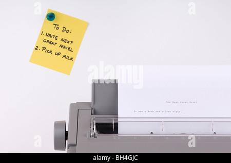 Machine à écrire et liste de tâches sur sticky note Banque D'Images