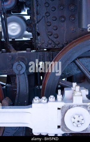 Détail de locomotive à vapeur. Roue d'entraînement et poussoir. Banque D'Images