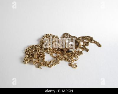 Paiement pour l'or petit tas de bijoux or mixte pour être vendus à la ferraille d'environ 40 grammes et £350 valeur Banque D'Images