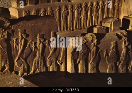 Sculpture Relief de l'objet de l'Empire personnes Achaemenian grimper l'escalier Persepolis, Iran Banque D'Images
