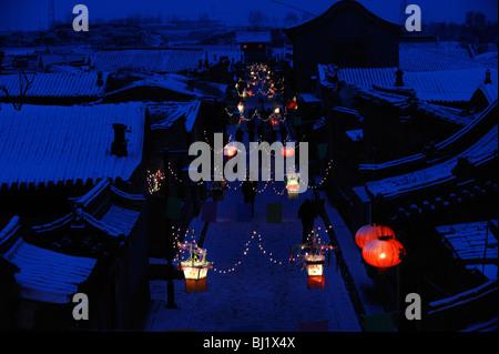 Un village décoré de lanternes à la main pendant la Fête du Printemps à Yuxian, province de Hebei, Chine. 28-Feb Banque D'Images