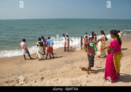 L'Inde, le Kerala, l'île de Vypeen, Cherai Beach visiteurs indiens sur les sables Banque D'Images
