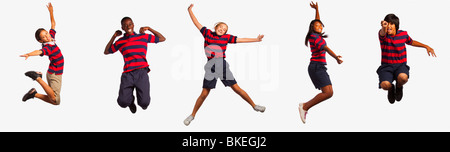 Cinq adolescents sautant Banque D'Images