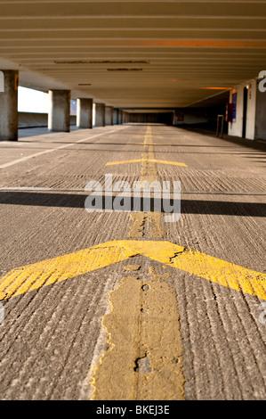 Voie à suivre dans le parking de la gare routière de Preston Banque D'Images