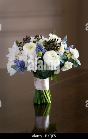Bouquet de fleurs de printemps ou posey y compris ranunculus, jonquille, muscari, Hedera Banque D'Images