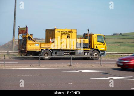 Marquages ligne camion sur le M62 Banque D'Images