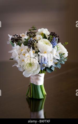 Bouquet de fleurs de printemps ou posy y compris ranunculus, jonquille, muscari, Hedera Banque D'Images