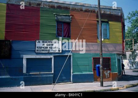 Buenos Aires, Argentine. Maison typique dans le quartier de Boca, avec façade en tôle ondulée et peint avec des Banque D'Images