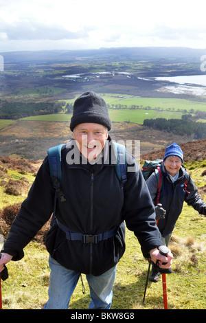 Personnes âgées actives rendez la randonnée dans le Parc National des Trossachs, Ecosse Banque D'Images