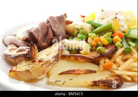 Rôti de boeuf avec salade, pommes de terre et sauce béarnaise isolé sur blanc. Banque D'Images