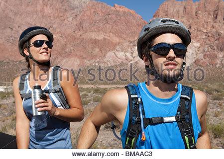 Couple de vélo de montagne Banque D'Images