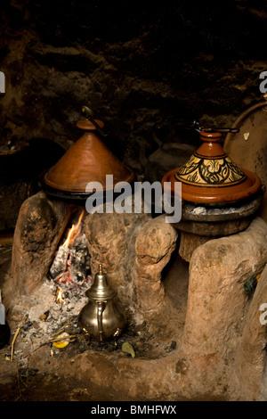 Tajine, ou tagine, un type de batterie de cuisine et plats traditionnels, c'est commun avec la cuisine marocaine, Banque D'Images