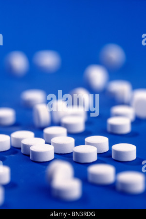 Close-up of pills sur fond bleu Banque D'Images
