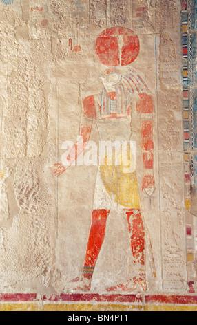 Sculpture bas-relief du Dieu Soleil Ra, un dieu à tête de faucon avec un disque solaire sur sa tête; le Temple Banque D'Images