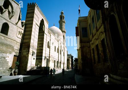 Avis de la Sharia al-Muizz au Caire islamique avec les Madrasah khanqah de sultan Barquq sur la gauche du côté de Banque D'Images