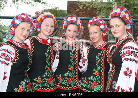 Belles femmes ukrainiennes avec des costumes colorés tradiional Banque D'Images