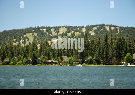 Les pistes de ski n'ont pas de neige sur eux à l'été à Big Bear Lake, Californie, USA Banque D'Images