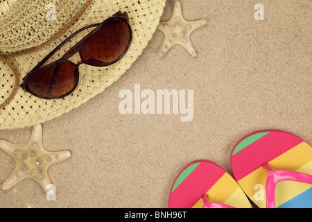 L'été coloré de plage, tongs, chapeau, lunettes de soleil et d'étoiles de mer sur la plage de sable. Banque D'Images