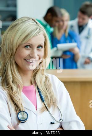 Femme médecin positive regardant la caméra Banque D'Images
