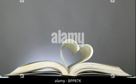 Livre avec pages ouvertes et la forme de coeur Banque D'Images