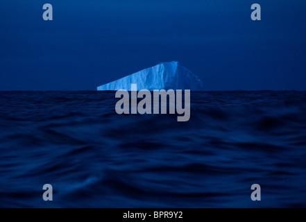 La glace flotte au large des eaux de l'Antarctique. Banque D'Images