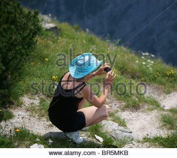Prendre des photos avec un appareil photo numérique compact numérique BRIDGE - femme dans la nature avec l'appareil Banque D'Images
