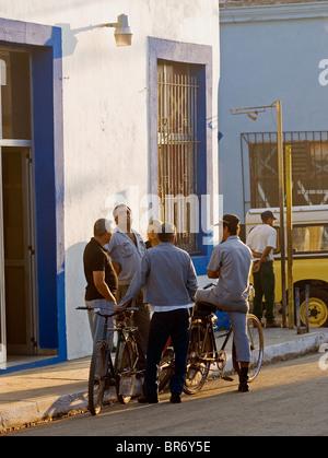 Un groupe d'hommes se rencontrent le matin dans la rue San Antonio de los Ba-os Cuba. Banque D'Images