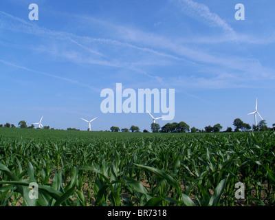 Vue d'éoliennes dans un champ de Pomacle France. Banque D'Images