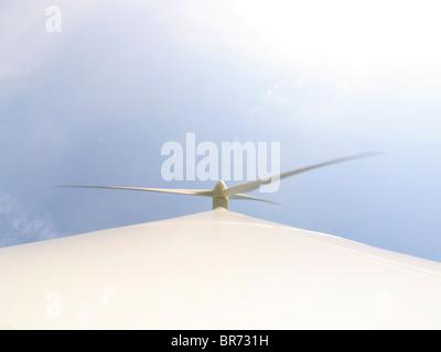 Une vue vers le haut d'une éolienne à Pomacle France. Banque D'Images