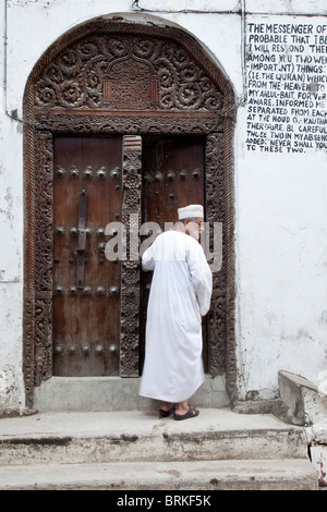 Zanzibar, Tanzanie. Entrée de la mosquée à Stone Town. La porte est sculptée dans le style de l'Asie du Sud, à sommet Banque D'Images
