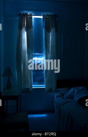 Chambre d'hôtel de l'intérieur , homme dormir, monochromatique, noir, mystère, suspense,nuit Banque D'Images