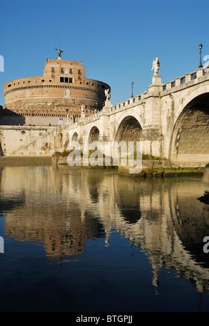 Rome. L'Italie. Le Château Sant' Angelo & baroque du Bernin anges sur Ponte Sant'Angelo. Banque D'Images